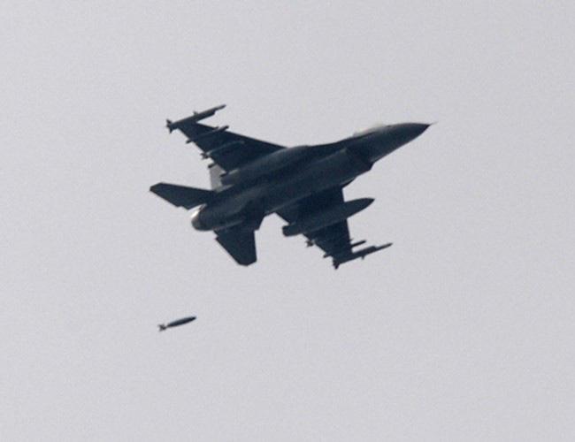 Nhật Bản cảnh báo về những trò hề thái quá của phi công Mỹ - Ảnh 15.