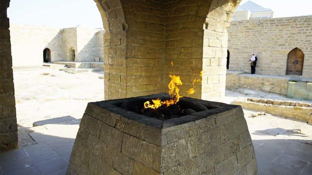 Chuyện có thật về ngọn lửa vĩnh cửu, cháy suốt 4.000 năm bất kể mưa tuyết và nơi được mệnh danh là 'vùng đất lửa thiêng' - Ảnh 3.