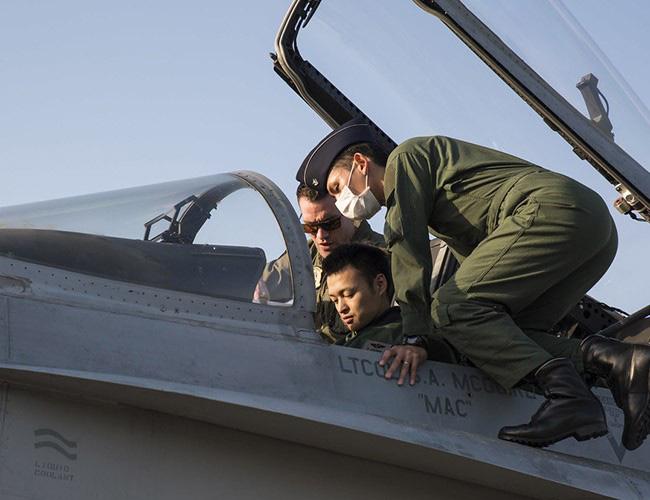 Nhật Bản cảnh báo về những trò hề thái quá của phi công Mỹ - Ảnh 9.