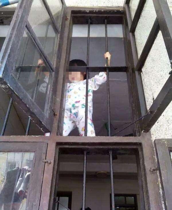 Ông bố nhẫn tâm cầm rìu nã vào đầu con trai 5 tuổi vì làm ồn - Ảnh 2.