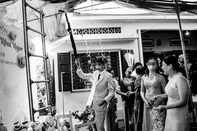 Đám cưới ngày mưa to, bục rạp, bức ảnh người đàn ông lĩnh trọn đòn đau gây chú ý - Ảnh 1.