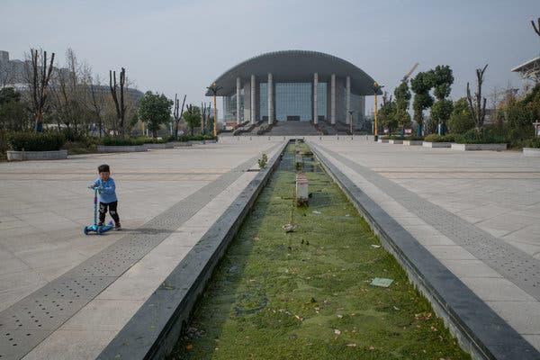 Bắc Kinh càng kiềm chế, địa phương càng lách luật nhiều: Trung Hoa mộng của ông Tập có nguy cơ đổ bể vì bị núi nợ đè - ảnh 1