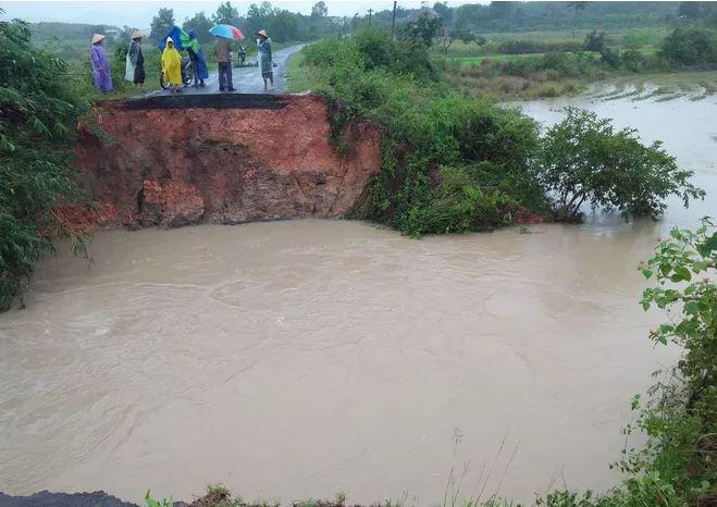 Đắk Lắk ngập nặng sau bão, 300 hộ dân di dời khẩn cấp, nguy cơ vỡ đập thủy lợi - Ảnh 1.