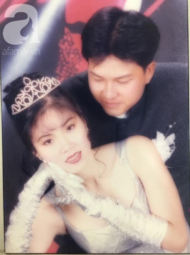 Đại gia thập niên 90 là đây: Chú rể cầu hôn bằng 7 phân vàng, chi 10 cây vàng tổ chức đám cưới, cô dâu thay 6 cái váy nhưng thân thế họ mới bất ngờ - ảnh 1