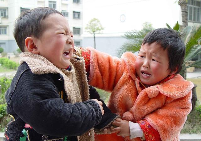 Con trai hung hăng đánh bạn, bà mẹ trẻ không nói gì lẳng lặng làm 1 hành động khiến con ngượng đỏ mặt, ai chứng kiến cũng vỗ tay - Ảnh 1.