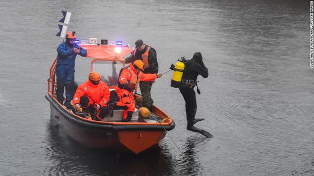 Đang tìm kiếm thi thể nữ sinh bị giáo sư giết hại, phân xác; thợ lặn bất ngờ phát hiện thêm 1 bộ xương bí ẩn khác dưới đáy sông - Ảnh 2.