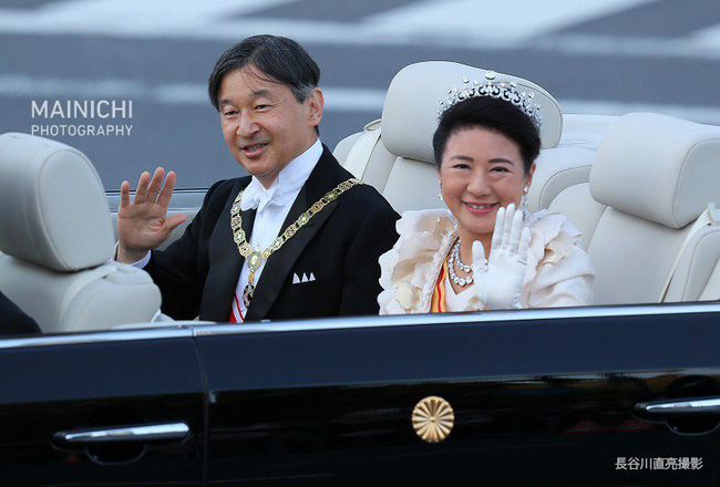 Khoảnh khắc Hoàng hậu Masako đôi mắt đỏ hoe, lén lau nước mắt khi diễu hành trước dân chúng trở thành tâm điểm chú ý - Ảnh 2.