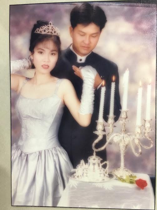 Đại gia thập niên 90 là đây: Chú rể cầu hôn bằng 7 phân vàng, chi 10 cây vàng tổ chức đám cưới, cô dâu thay 6 cái váy nhưng thân thế họ mới bất ngờ - ảnh 11