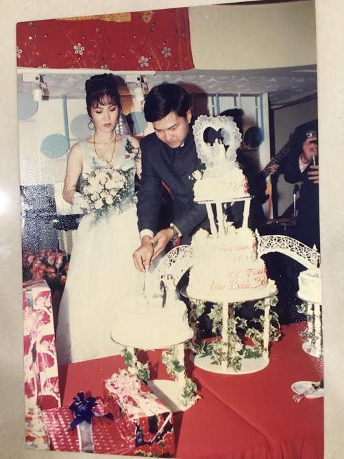 Đại gia thập niên 90 là đây: Chú rể cầu hôn bằng 7 phân vàng, chi 10 cây vàng tổ chức đám cưới, cô dâu thay 6 cái váy nhưng thân thế họ mới bất ngờ - ảnh 12