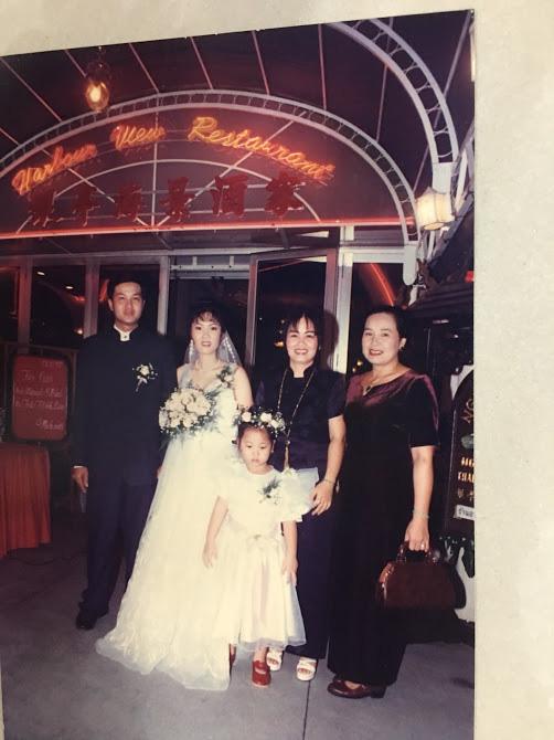 Đại gia thập niên 90 là đây: Chú rể cầu hôn bằng 7 phân vàng, chi 10 cây vàng tổ chức đám cưới, cô dâu thay 6 cái váy nhưng thân thế họ mới bất ngờ - ảnh 13
