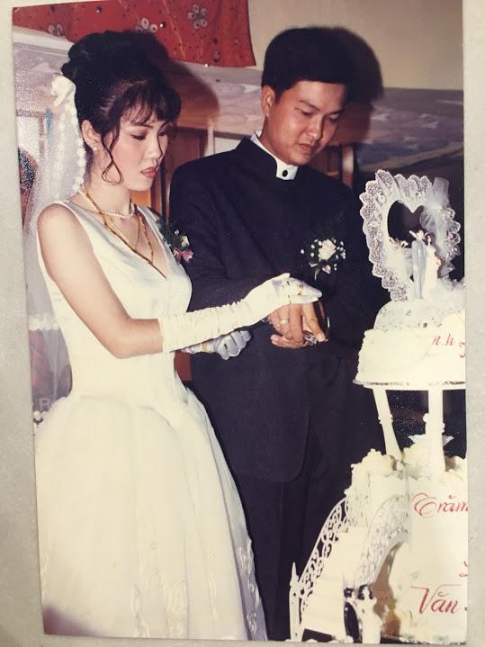 Đại gia thập niên 90 là đây: Chú rể cầu hôn bằng 7 phân vàng, chi 10 cây vàng tổ chức đám cưới, cô dâu thay 6 cái váy nhưng thân thế họ mới bất ngờ - ảnh 14
