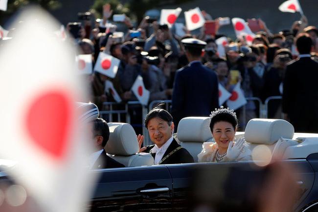 Khoảnh khắc Hoàng hậu Masako đôi mắt đỏ hoe, lén lau nước mắt khi diễu hành trước dân chúng trở thành tâm điểm chú ý - Ảnh 3.