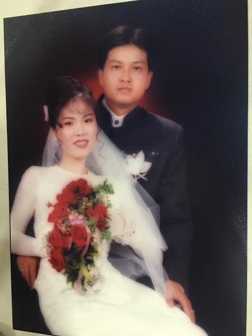 Đại gia thập niên 90 là đây: Chú rể cầu hôn bằng 7 phân vàng, chi 10 cây vàng tổ chức đám cưới, cô dâu thay 6 cái váy nhưng thân thế họ mới bất ngờ - ảnh 4