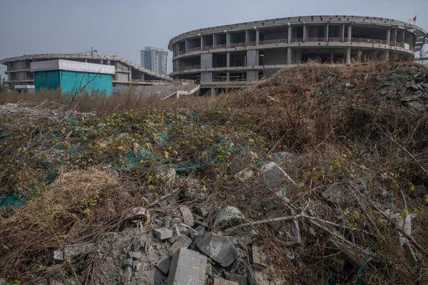 Bắc Kinh càng kiềm chế, địa phương càng lách luật nhiều: Trung Hoa mộng của ông Tập có nguy cơ đổ bể vì bị núi nợ đè - Ảnh 2.