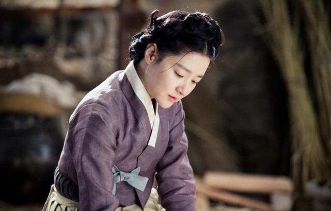 """Dae Jang Geum Lee Young Ae: Từ tượng đài nhan sắc Hàn Quốc tới tin đồn là mẹ chồng """"búp bê xứ Hàn"""" Han Chae Young - Ảnh 7."""