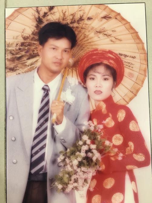 Đại gia thập niên 90 là đây: Chú rể cầu hôn bằng 7 phân vàng, chi 10 cây vàng tổ chức đám cưới, cô dâu thay 6 cái váy nhưng thân thế họ mới bất ngờ - ảnh 7