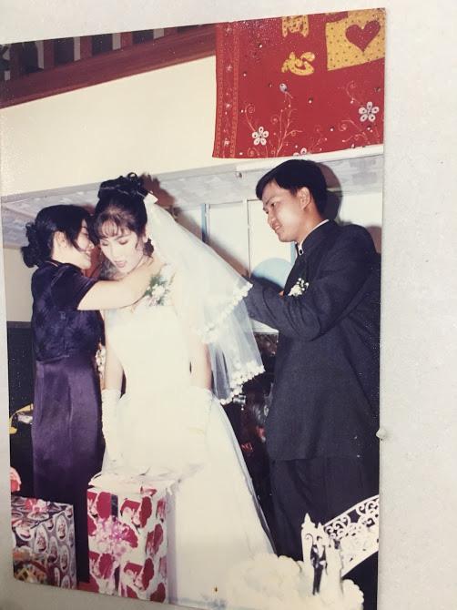 Đại gia thập niên 90 là đây: Chú rể cầu hôn bằng 7 phân vàng, chi 10 cây vàng tổ chức đám cưới, cô dâu thay 6 cái váy nhưng thân thế họ mới bất ngờ - ảnh 8