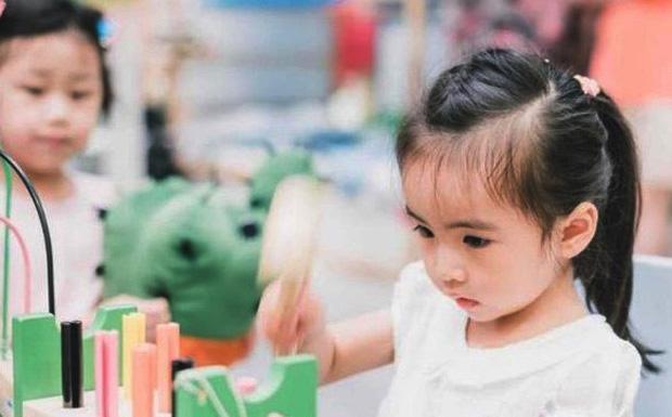 Con gái bị cô lập trong lớp mẫu giáo, mẹ đổ lỗi cho giáo viên nhưng kết cục lại khiến mẹ không nói nên lời - Ảnh 1.