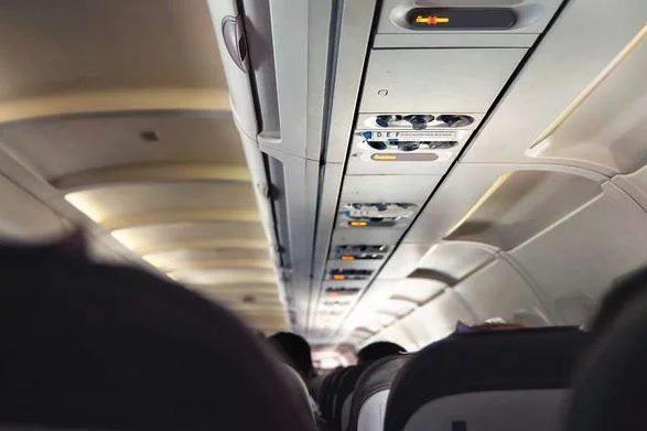 Than phiền về đôi chân kém sang của hành khách cùng chuyến bay, phản ứng của cư dân mạng khiến nữ du khách cạn lời - Ảnh 4.