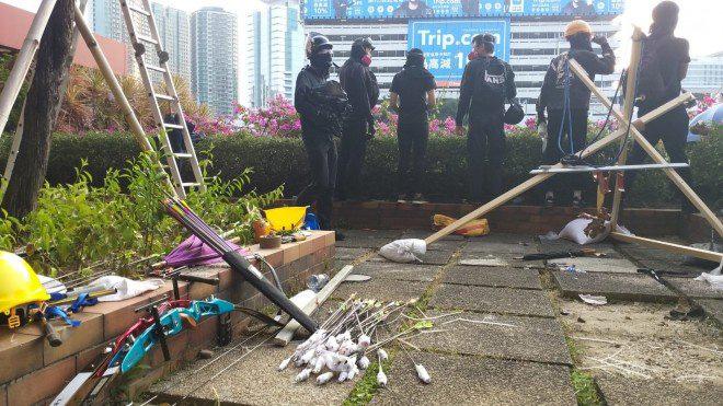 Hong Kong chìm trong bạo lực và hỗn loạn: Thêm một người thiệt mạng thương tâm, quan chức họp khẩn trong đêm - Ảnh 3.