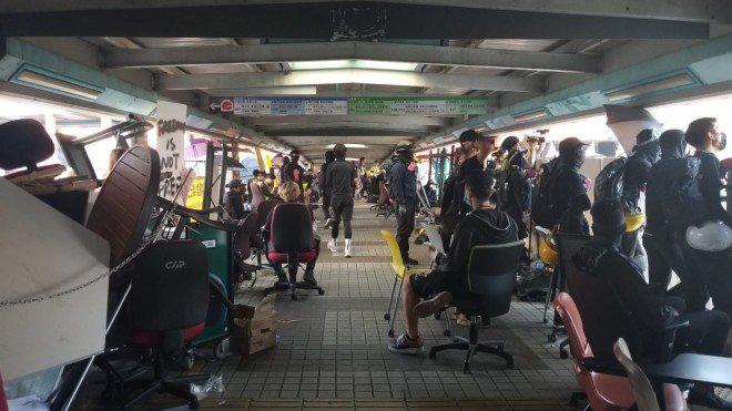 Hong Kong chìm trong bạo lực và hỗn loạn: Thêm một người thiệt mạng thương tâm, quan chức họp khẩn trong đêm - Ảnh 4.