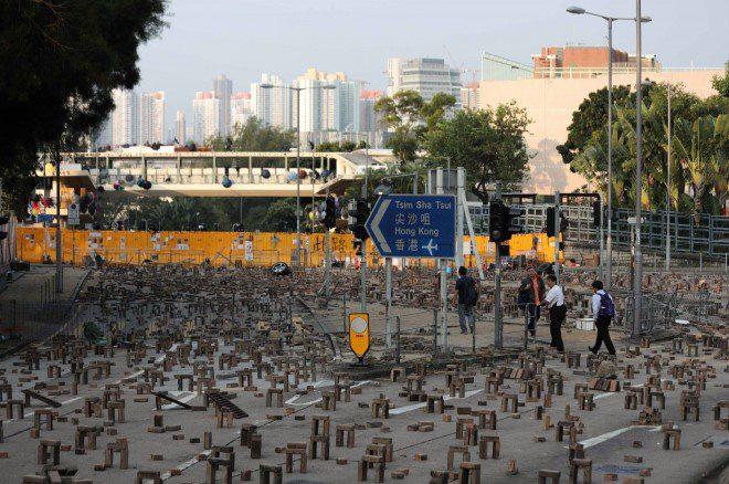 Hong Kong chìm trong bạo lực và hỗn loạn: Thêm một người thiệt mạng thương tâm, quan chức họp khẩn trong đêm - Ảnh 5.