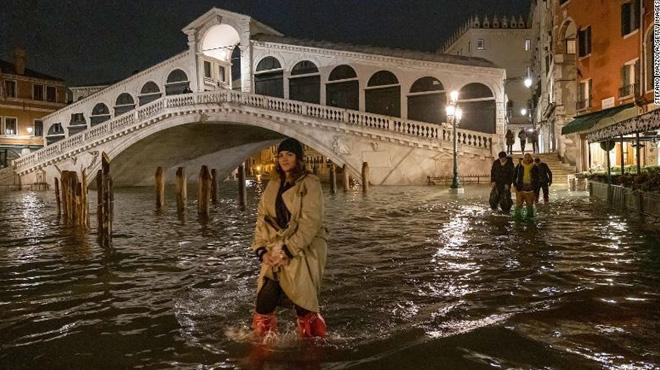 Venice thất thủ vì trận lụt tồi tệ nhất trong nửa thế kỷ - Ảnh 2.