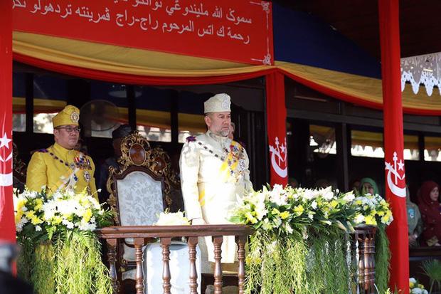 Cựu vương Malaysia lần đầu xuất hiện công khai trước công chúng sau lùm xùm không nhận con và hành động thách thức của người đẹp Nga - Ảnh 1.