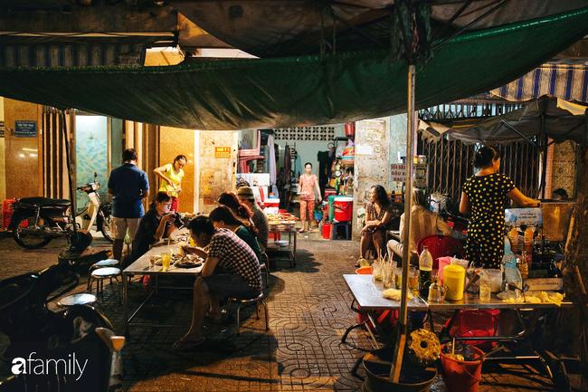 """Hàng """"cơm tấm... bãi rác"""", giá không hề rẻ nhưng sau bao năm vẫn luôn là bà hoàng cơm tấm đêm nức tiếng khắp Sài Gòn - Ảnh 11."""