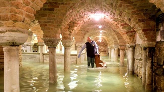 Venice thất thủ vì trận lụt tồi tệ nhất trong nửa thế kỷ - Ảnh 3.