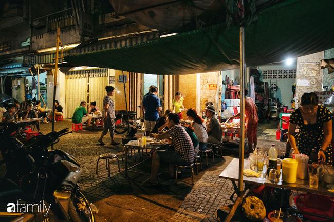 """Hàng """"cơm tấm... bãi rác"""", giá không hề rẻ nhưng sau bao năm vẫn luôn là bà hoàng cơm tấm đêm nức tiếng khắp Sài Gòn - Ảnh 6."""