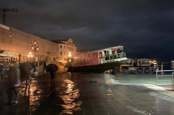 Venice thất thủ vì trận lụt tồi tệ nhất trong nửa thế kỷ - Ảnh 8.