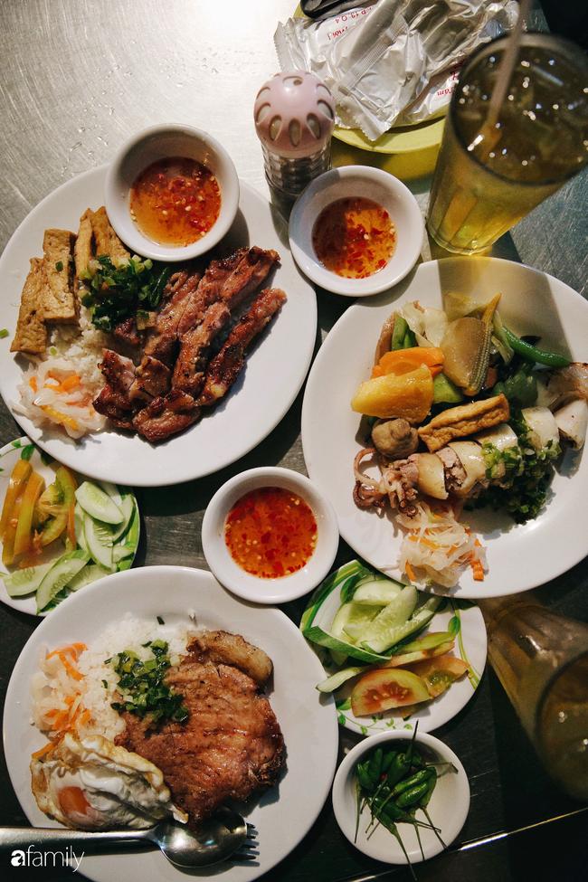 """Hàng """"cơm tấm... bãi rác"""", giá không hề rẻ nhưng sau bao năm vẫn luôn là bà hoàng cơm tấm đêm nức tiếng khắp Sài Gòn - Ảnh 10."""