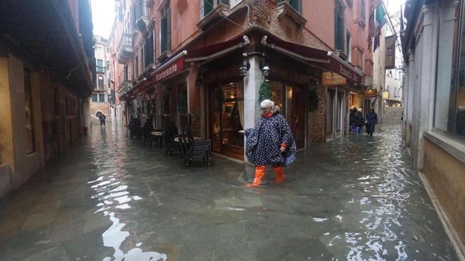 Venice thất thủ vì trận lụt tồi tệ nhất trong nửa thế kỷ - Ảnh 9.