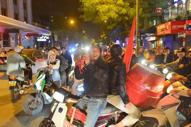 Hàng nghìn CĐV Hà Nội đổ ra đường ăn mừng chiến thắng của ĐT Việt Nam, mọi ngả đường đều hướng về trung tâm - Ảnh 2.