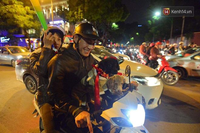 Hàng nghìn CĐV Hà Nội đổ ra đường ăn mừng chiến thắng của ĐT Việt Nam, mọi ngả đường đều hướng về trung tâm - Ảnh 3.