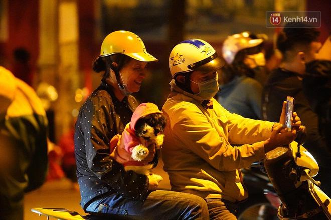 Hàng nghìn CĐV Hà Nội đổ ra đường ăn mừng chiến thắng của ĐT Việt Nam, mọi ngả đường đều hướng về trung tâm - Ảnh 4.