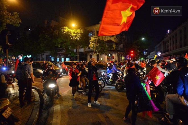 Hàng nghìn CĐV Hà Nội đổ ra đường ăn mừng chiến thắng của ĐT Việt Nam, mọi ngả đường đều hướng về trung tâm - Ảnh 5.