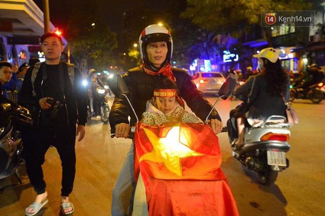 Hàng nghìn CĐV Hà Nội đổ ra đường ăn mừng chiến thắng của ĐT Việt Nam, mọi ngả đường đều hướng về trung tâm - Ảnh 6.