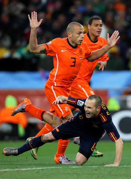 Bàn thắng và thẻ đỏ: Sự trùng hợp kỳ lạ giữa Tiến Linh với nhà vô địch World Cup 2010 - Ảnh 3.
