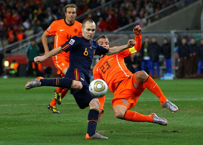Bàn thắng và thẻ đỏ: Sự trùng hợp kỳ lạ giữa Tiến Linh với nhà vô địch World Cup 2010 - Ảnh 4.