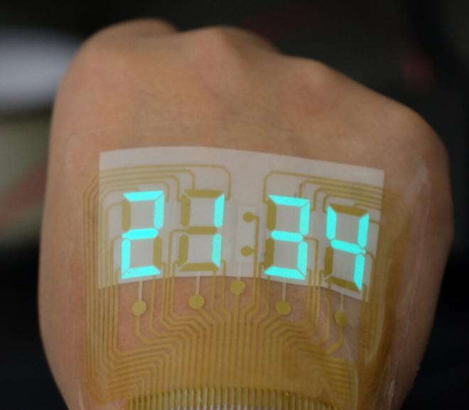 Trung Quốc chế tạo ra loại màn hình siêu mỏng và dẻo tới mức có thể dán trên da - Ảnh 1.