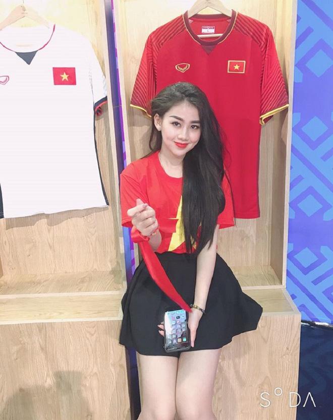 Nữ CĐV xinh đẹp xuất hiện trên khán đài trận Việt Nam - UAE: Tưởng người lạ hóa ra người quen, từng làm việc cùng Trâm Anh - Ảnh 2.
