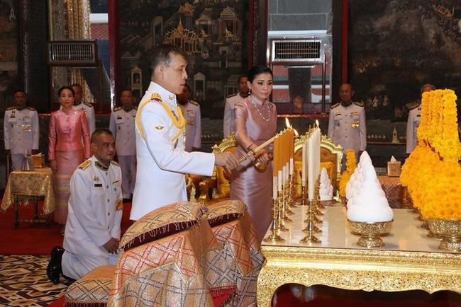 Hoàng hậu Suthida tái xuất với vẻ ngoài rạng rỡ, Quốc vương Thái phục chức cho 3 cận thần sau khi sa thải còn số phận Hoàng quý phi ai nghĩ cũng chạnh lòng - Ảnh 1.