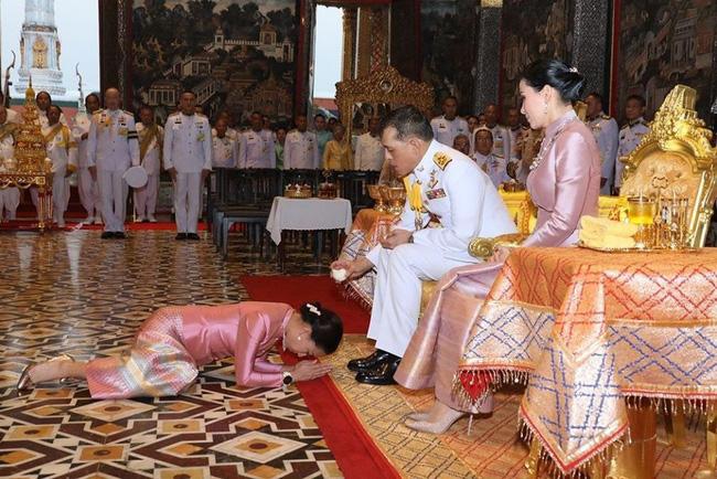Hoàng hậu Suthida tái xuất với vẻ ngoài rạng rỡ, Quốc vương Thái phục chức cho 3 cận thần sau khi sa thải còn số phận Hoàng quý phi ai nghĩ cũng chạnh lòng - Ảnh 2.