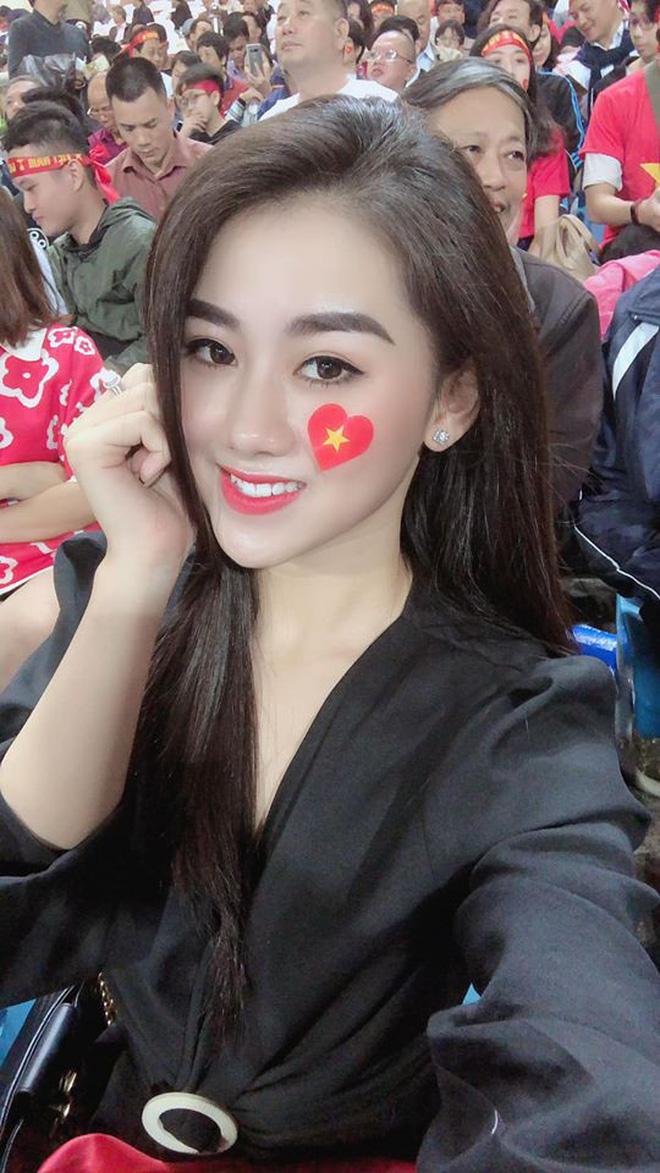 Nữ CĐV xinh đẹp xuất hiện trên khán đài trận Việt Nam - UAE: Tưởng người lạ hóa ra người quen, từng làm việc cùng Trâm Anh - Ảnh 11.