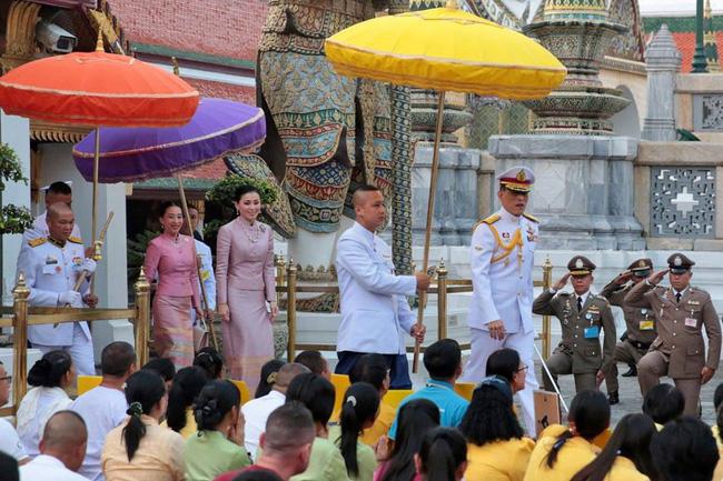 Hoàng hậu Suthida tái xuất với vẻ ngoài rạng rỡ, Quốc vương Thái phục chức cho 3 cận thần sau khi sa thải còn số phận Hoàng quý phi ai nghĩ cũng chạnh lòng - Ảnh 3.