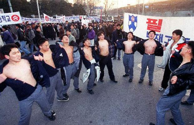 Chẳng phải bây giờ, sĩ tử Hàn Quốc của thập niên 90 đã phát sốt với kỳ thi Đại học như thế này đây - Ảnh 6.