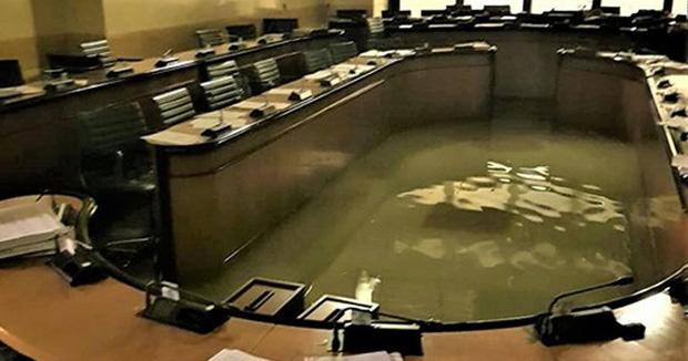 Nghiệp quật tức thì: Vừa từ chối các biện pháp phòng chống biến đổi khí hậu thì cả phòng họp chìm trong nước - Ảnh 1.