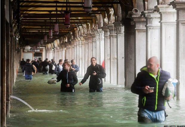 Nghiệp quật tức thì: Vừa từ chối các biện pháp phòng chống biến đổi khí hậu thì cả phòng họp chìm trong nước - Ảnh 5.
